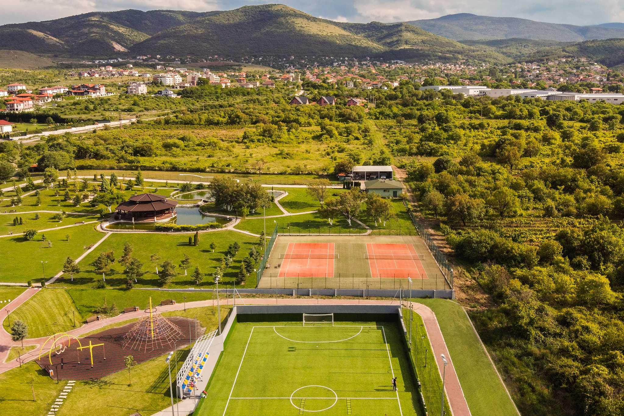 Футболно-игрище-и-тенис-на-корт